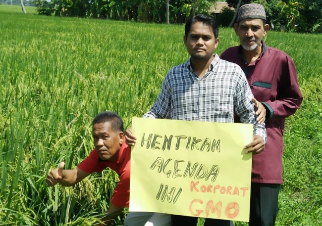 Nurfitri (middle) with some of the farmers. Img from Utusan