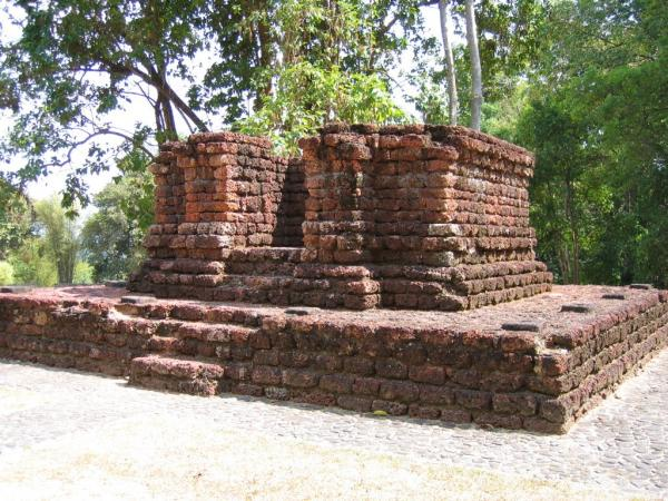 Part of the ruins in Lembah Bujang, Kedah, showing that Hindu Buddhism once was there. Img from PakatPakatKalih Blogspot.