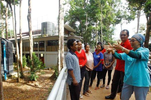 The Prof with some Orang Asli folk at Tasik Chini. Image from Berita Harian