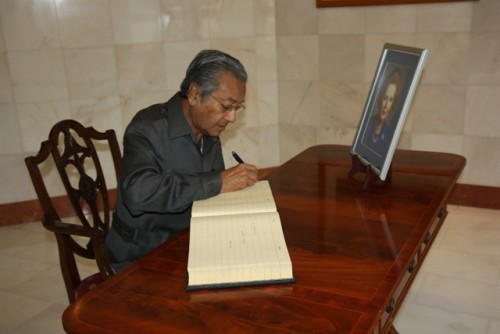 Mahathir, later signing his condolences in a book in memory of Lady Thatcher. Img from Foreign & Commonwealth Office.