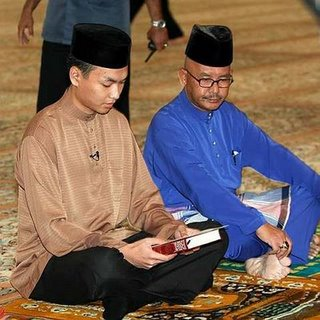 Saiful (left) and his father during the oath. Img from Greenboc.