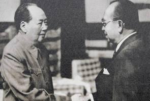 Tun Abdul Razak and Mao Zedong during his 1974 visit. Img from Astro Awani.