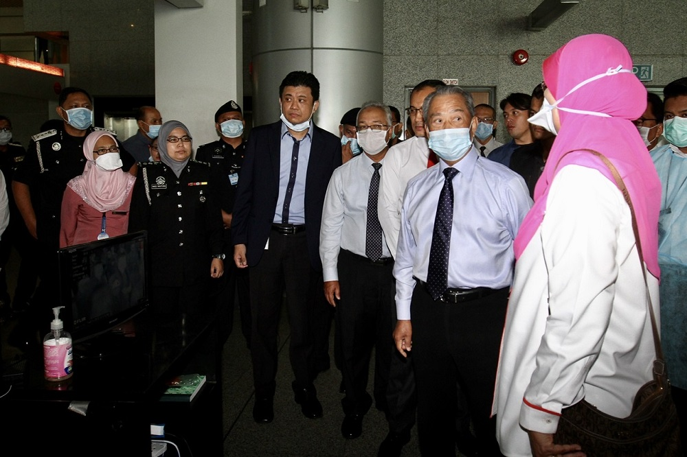 Muhyiddin being briefed at the Immigration and Quarantine Complex in Johor Bahru. Img from Malay Mail.
