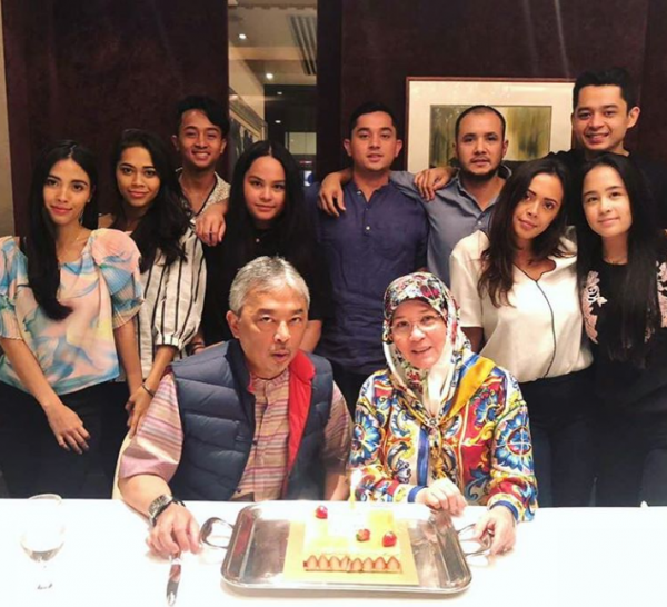 Agong and his family. Image from Lobak Merah