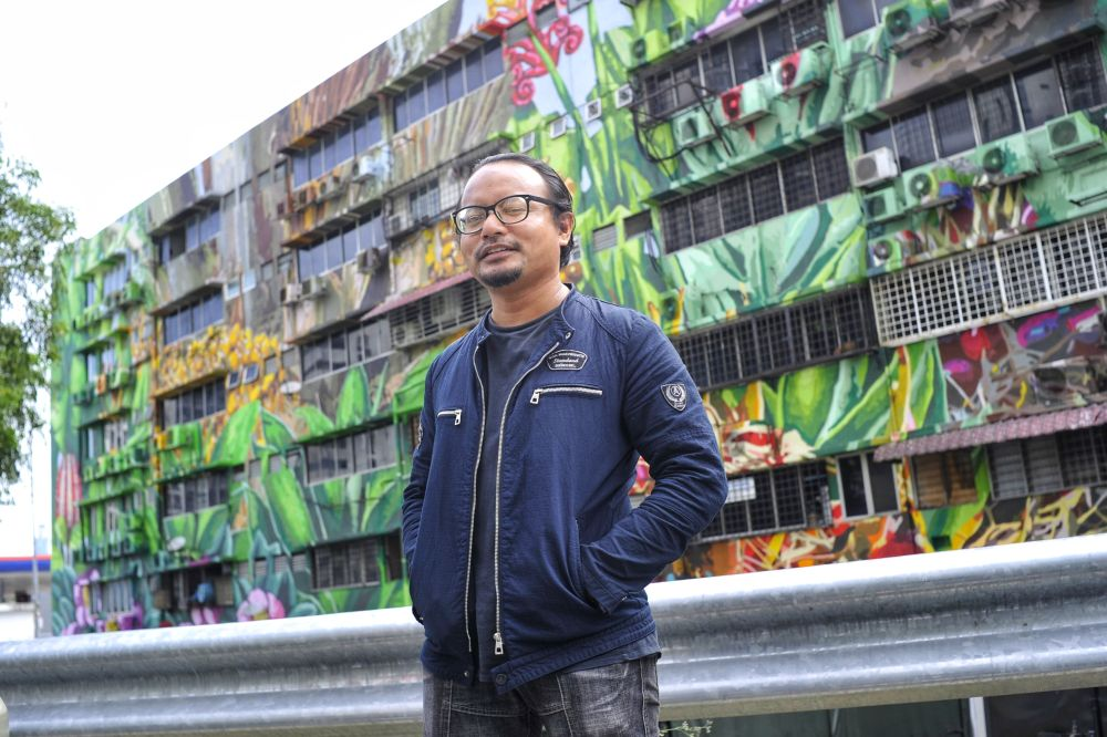 Fadzlan and his mural called, Tree of Hope. Img from Malay Mail